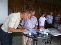 De wethouder en de voorzitter tekenen het convenant